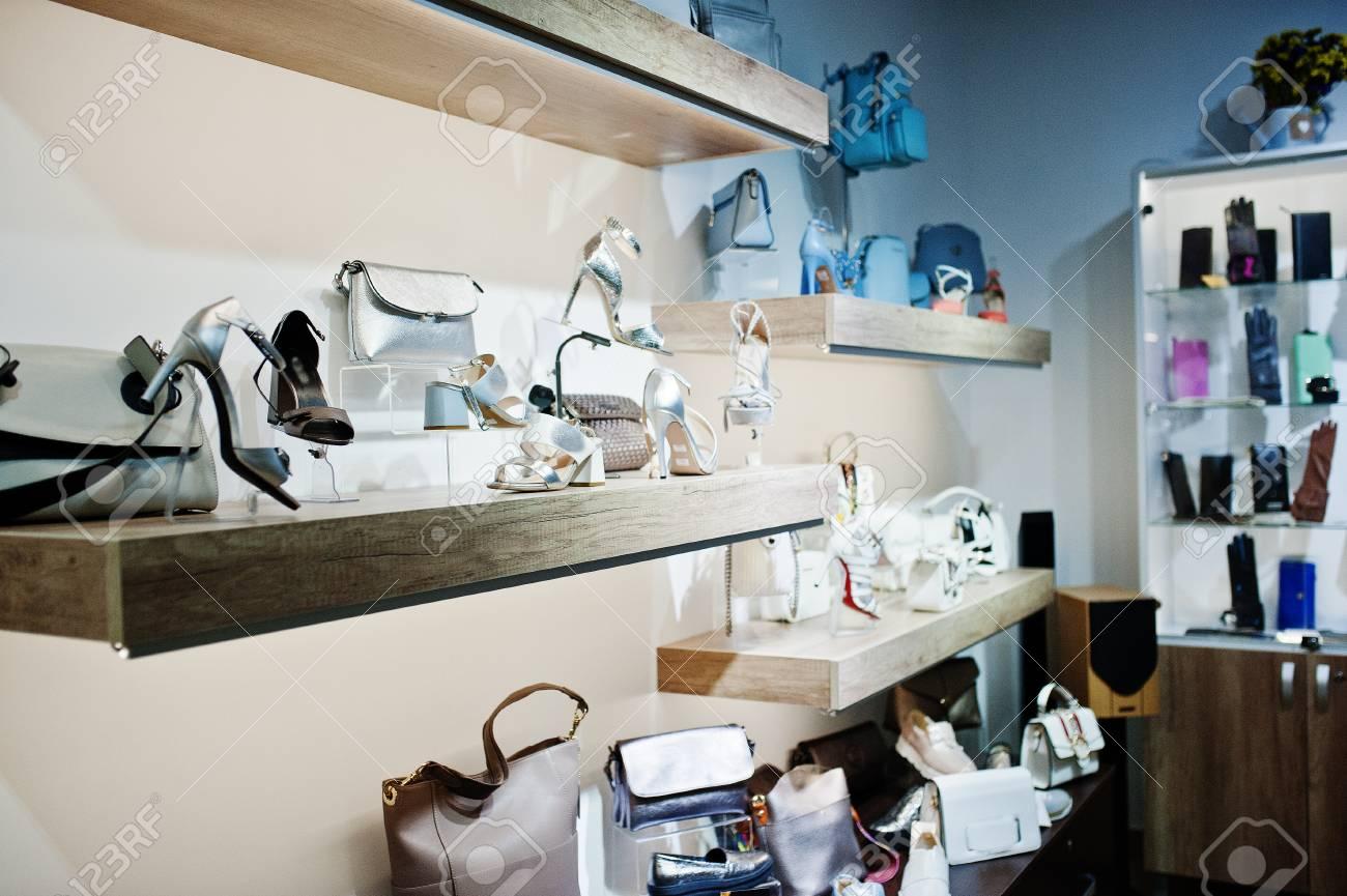 c12245acd7 Grande varietà di scarpe femminili e borse di diversi colori sugli scaffali  del negozio.