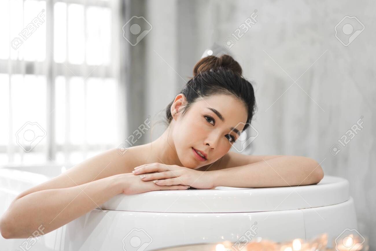 Beautiful young asia woman enjoy relaxing taking a bath with bubble foam in bathtub at the bathroom - 124406979