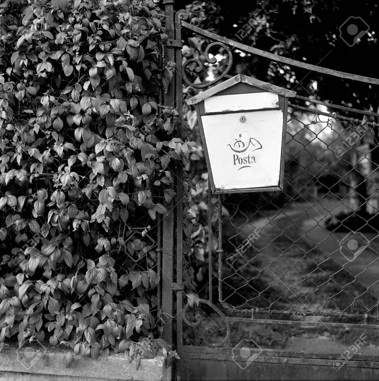 Alte Briefkasten Auf Einem Zaun, Auf Schwarzweiß-Film Mit Einem ...