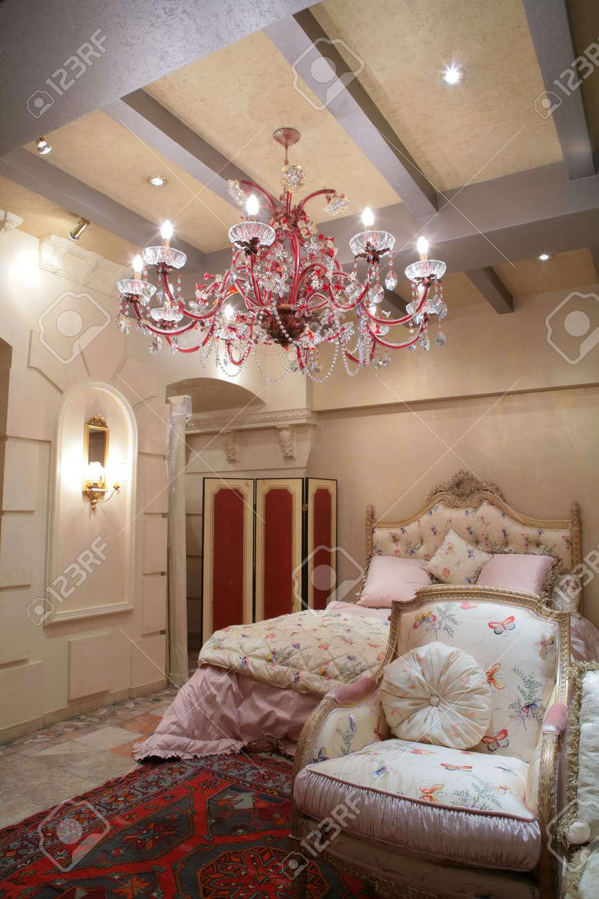 Banque Du0027images   Magnifique Chambre à Coucher, Dans Un Style Classique  Avec Le Fauteuil Luxueux Tapis En Vertu De Beau Lustre