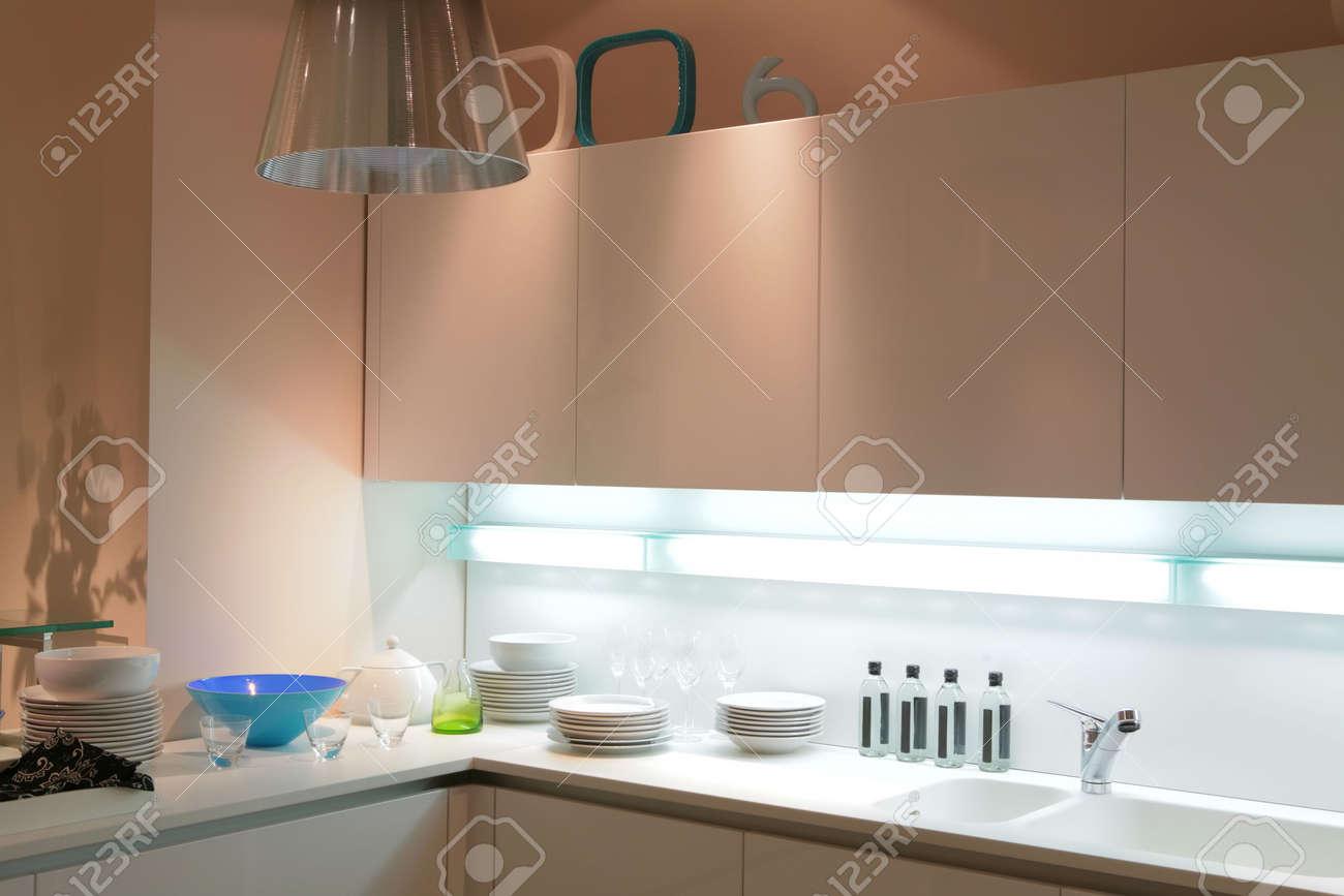 Cuisine moderne de couleur beige avec tureen bleu et l'ombre sur ...
