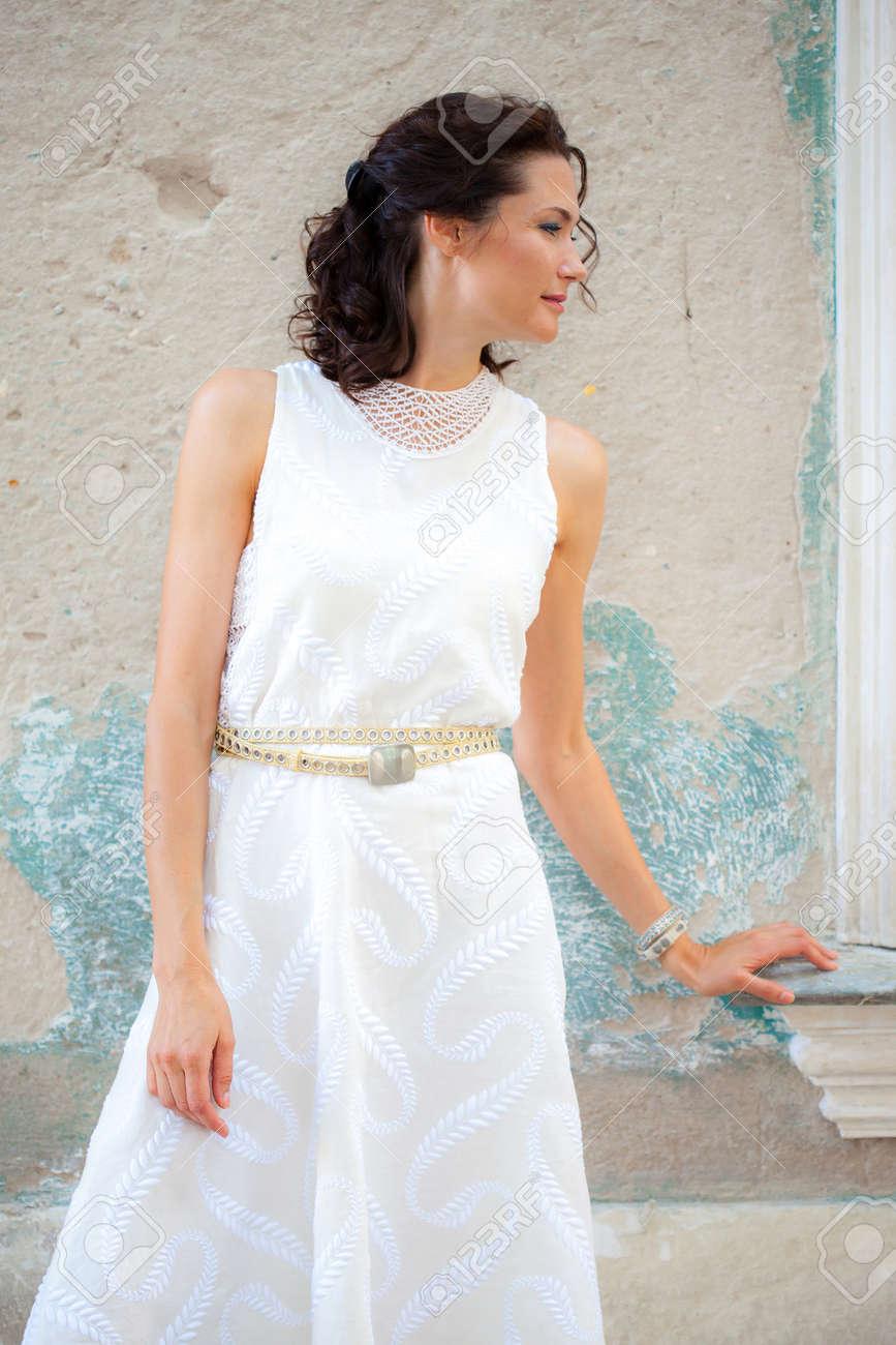 Schöne Schwarzhaarige Frau Mittleren Alters Im Sommer Weißen Kleid ...