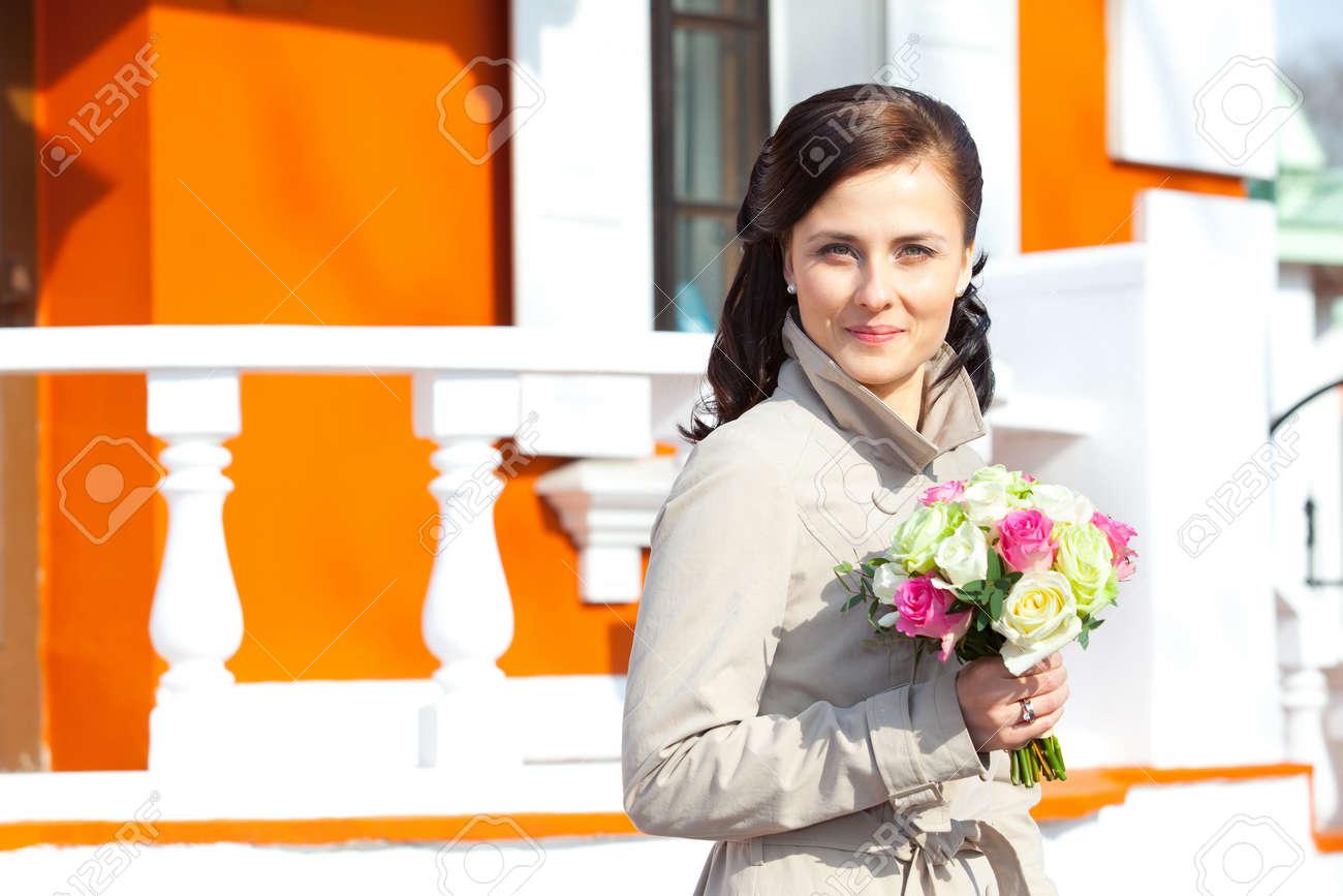 Schone Junge Frau Mit Einer Hochzeit Bouquet Auf Einem Hintergrund