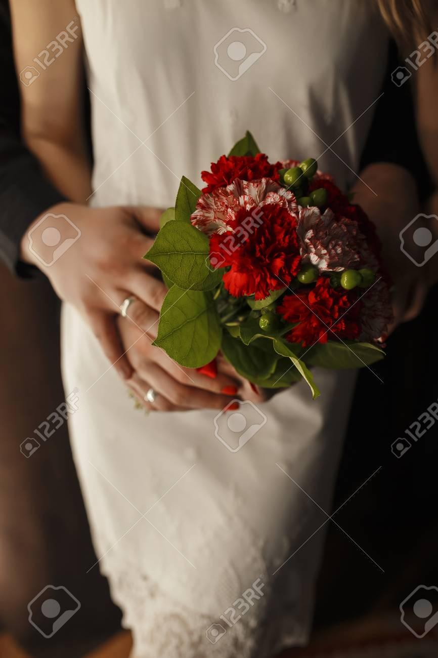 Un Ramo De Flores De Claveles Rojos Que Mantiene A La Niña En Un Hombre Blanco Y Un Negro Foto Ramo De Flores Recién Casados Aniversario De Bodas