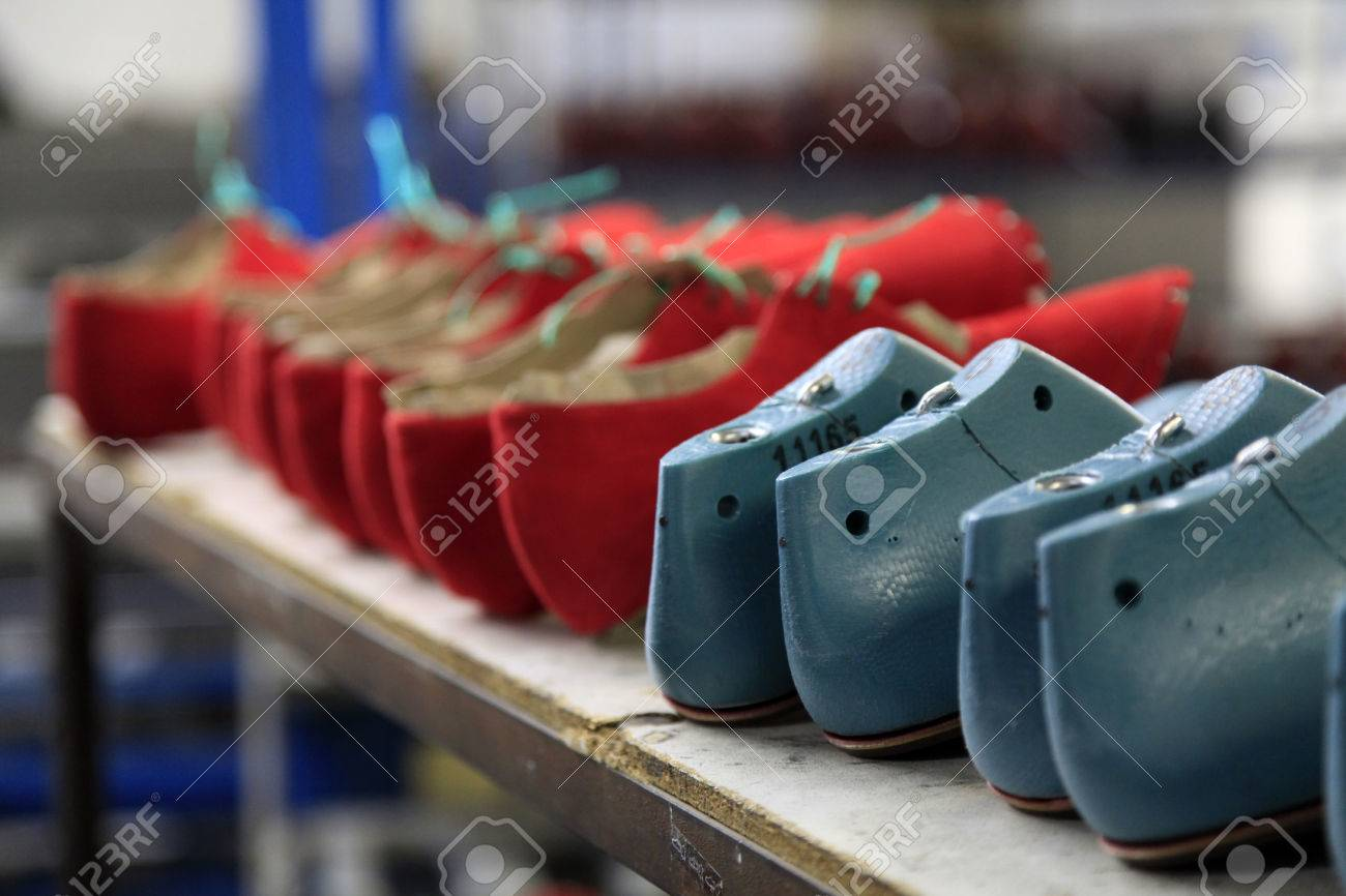 release date: 68863 d0d69 Linea di produzione in una fabbrica di calzature, scarpe e la metà stampi  finito
