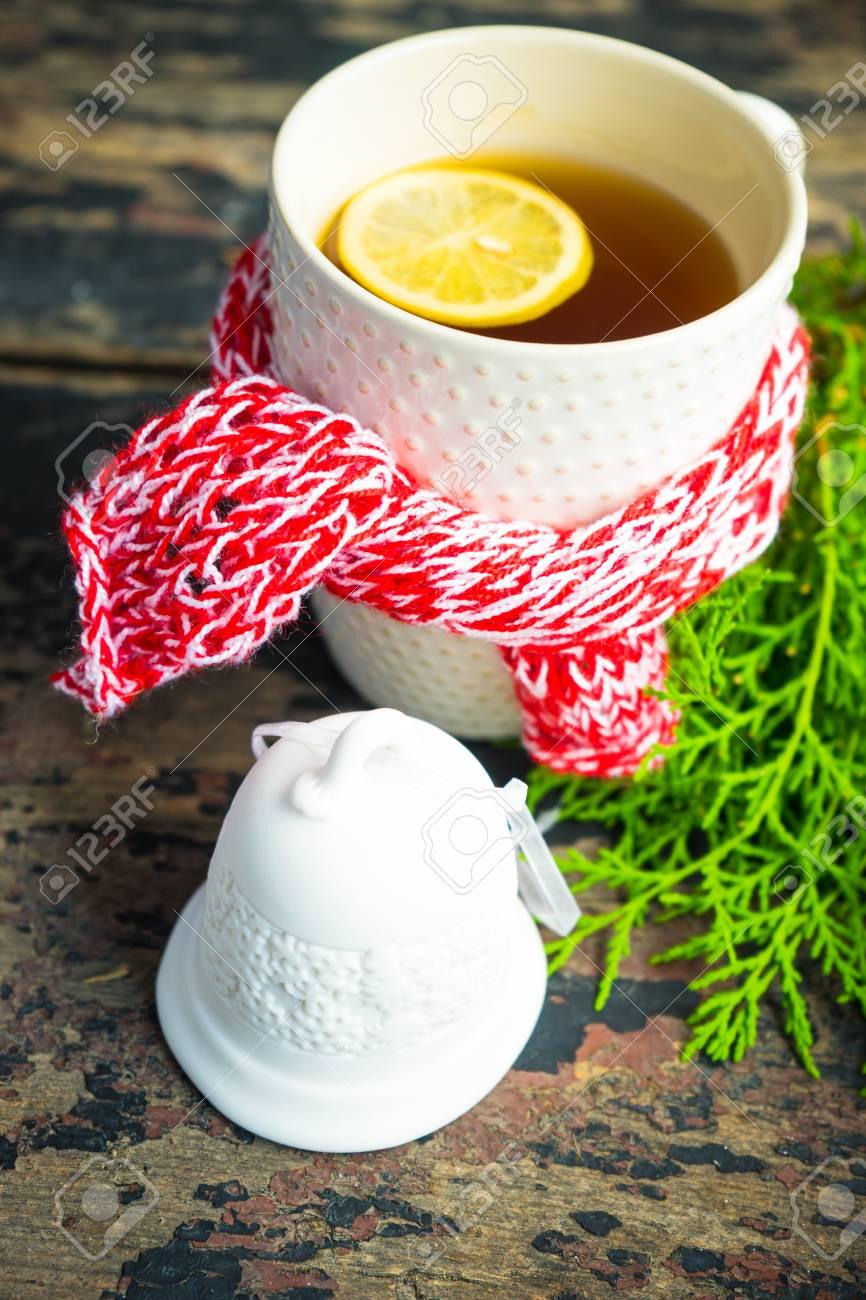 Tazza Di Tè Con Spezie Di Limone E Cannella E Decorazioni Di Natale