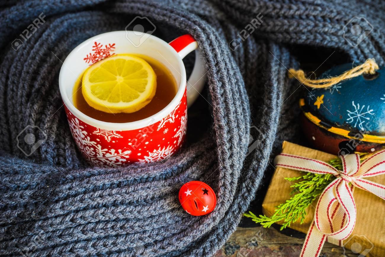 Tazza Di Tè Rosso Con Limone Luci Di Natale E Decorazione Su Sfondo