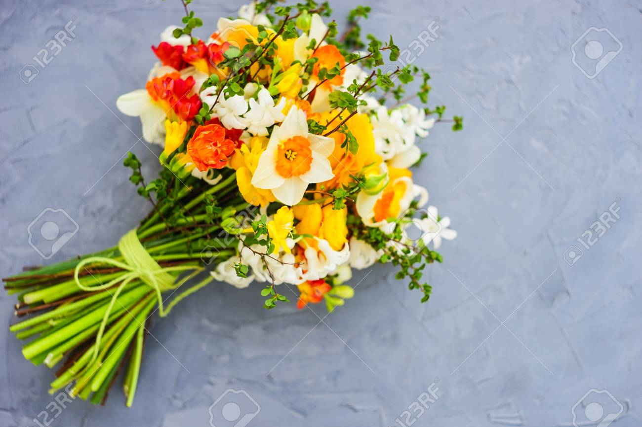 Summer Bouquet With Bright Yellow And White Flowers On Rustic ...