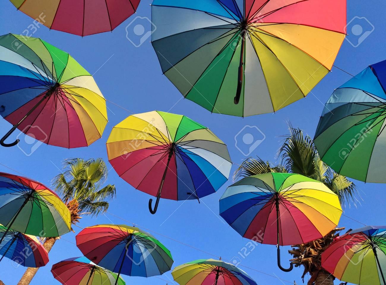 62dfd53346 Farben des Regenbogens. Die Kunst der Straßendekoration, die Atmosphäre  eines Urlaubs, Sommer, Ruhe, Regen ist kein Hindernis