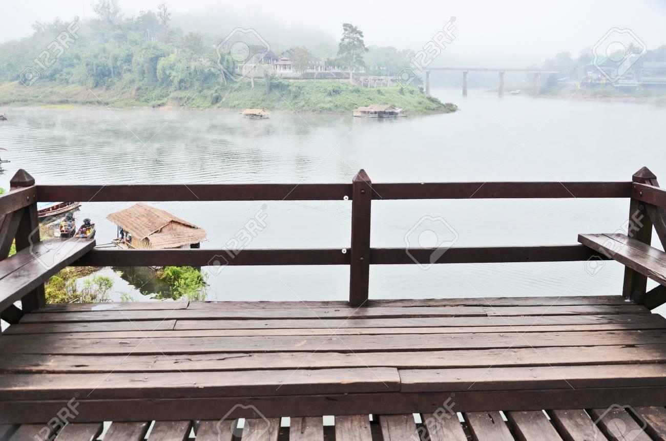 Terraza De Madera Con Vista Al Río De La Mañana
