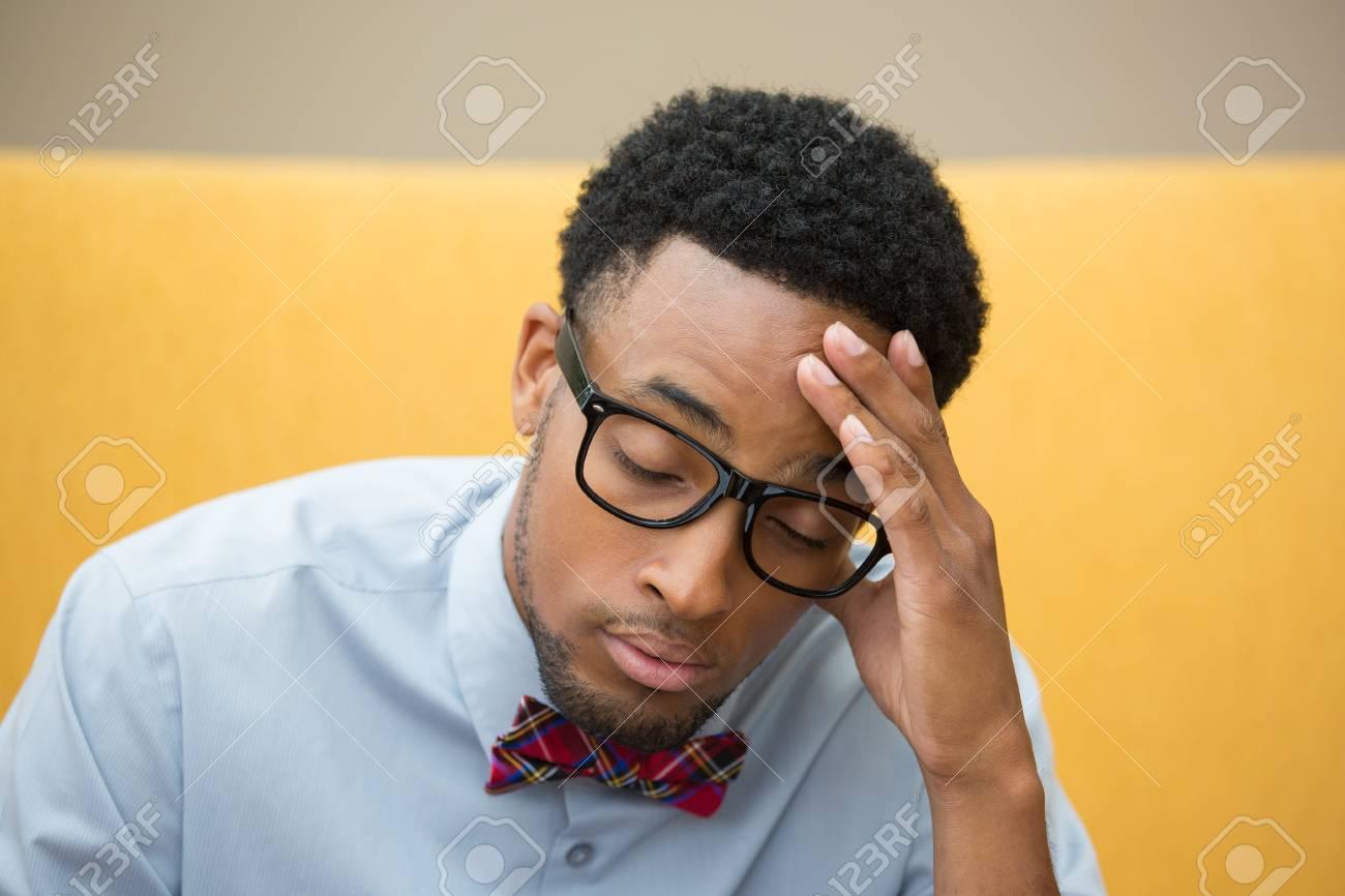 Banque d images - Portrait Gros plan, jeune perturbé, affligé geek avec de grosses  lunettes noires et noeud papillon, main sur la tête préoccupé par quelque  ... d901681f19ef