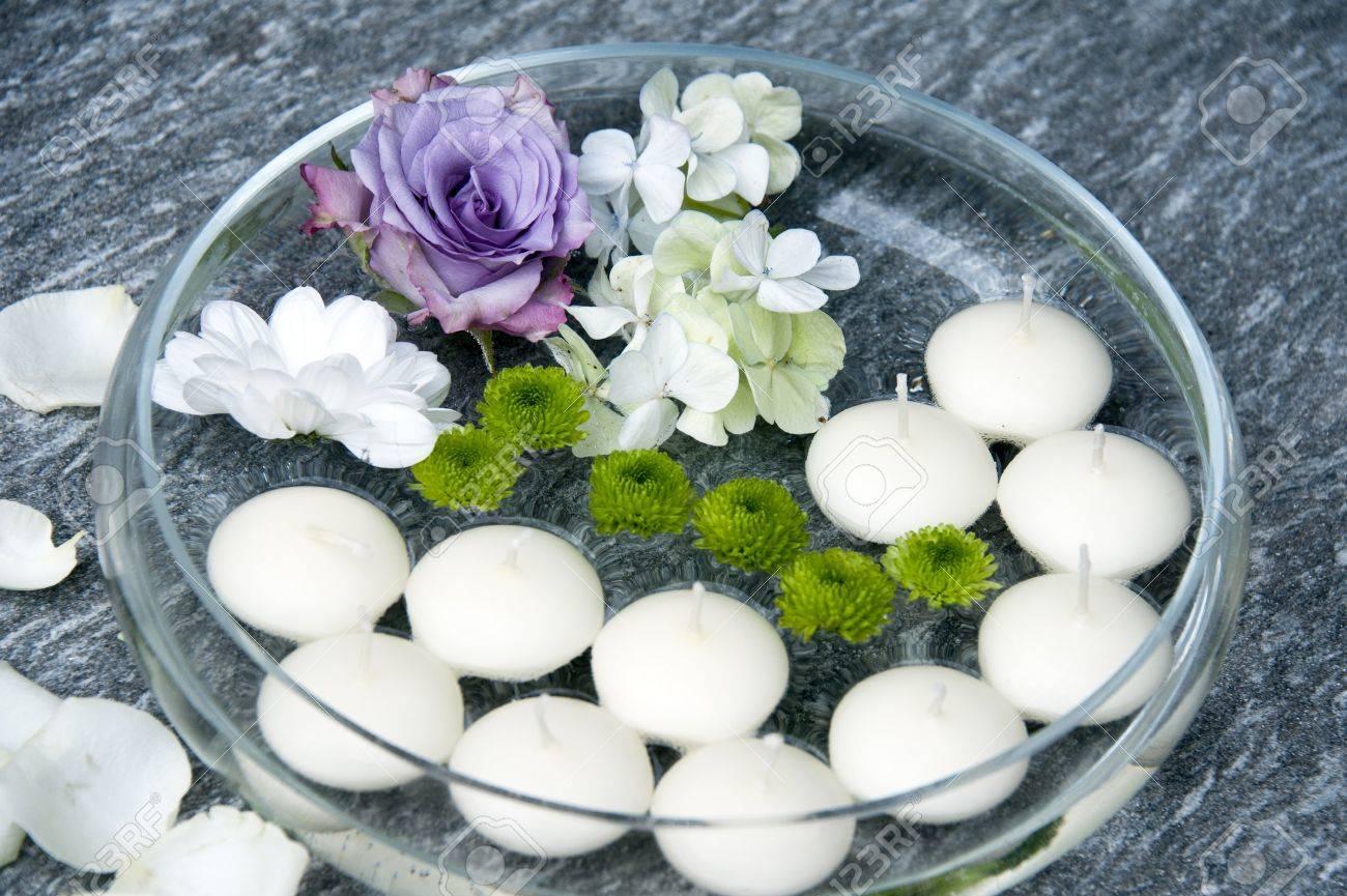 Attraktiv Dekoration Gartenparty Sammlung Von Schwimmende Kerzen Und Blumen Für Eine Standard-bild