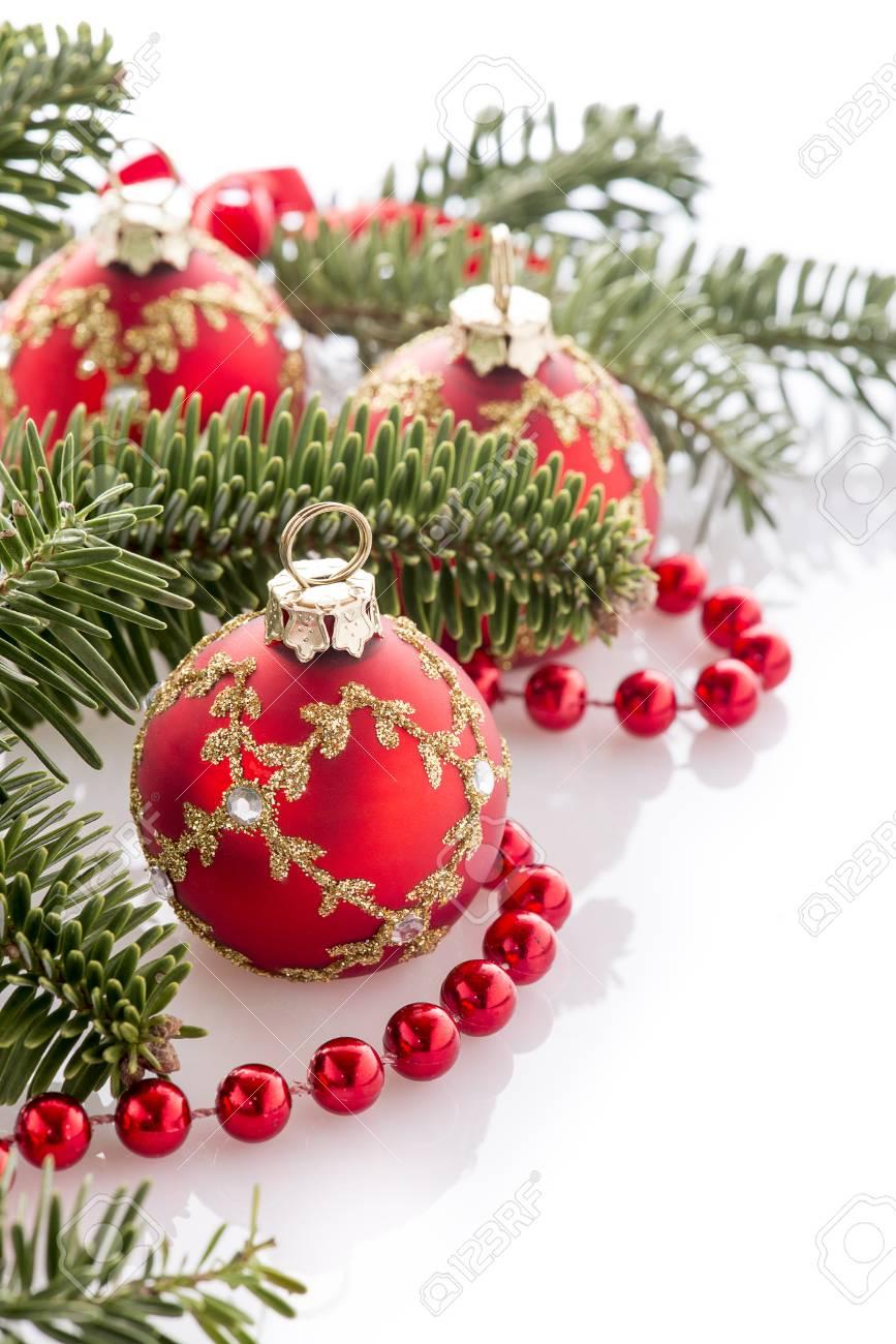 Décorations de boule de Noël rouge anf sapin sur fond blanc
