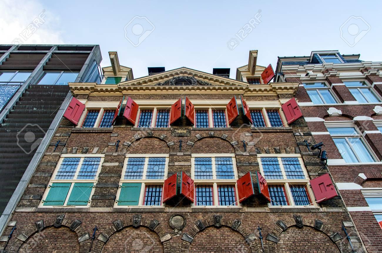 Façade des belles maisons de canal d\'Amsterdam