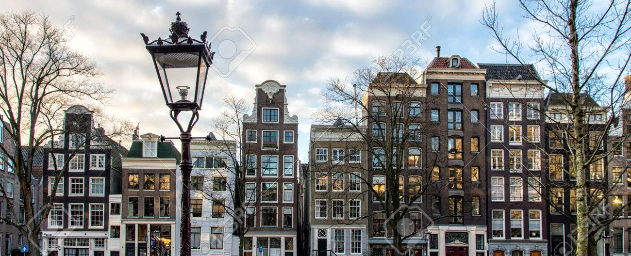 Les façades d\'une rangée de belles maisons de canal Amsterdam.