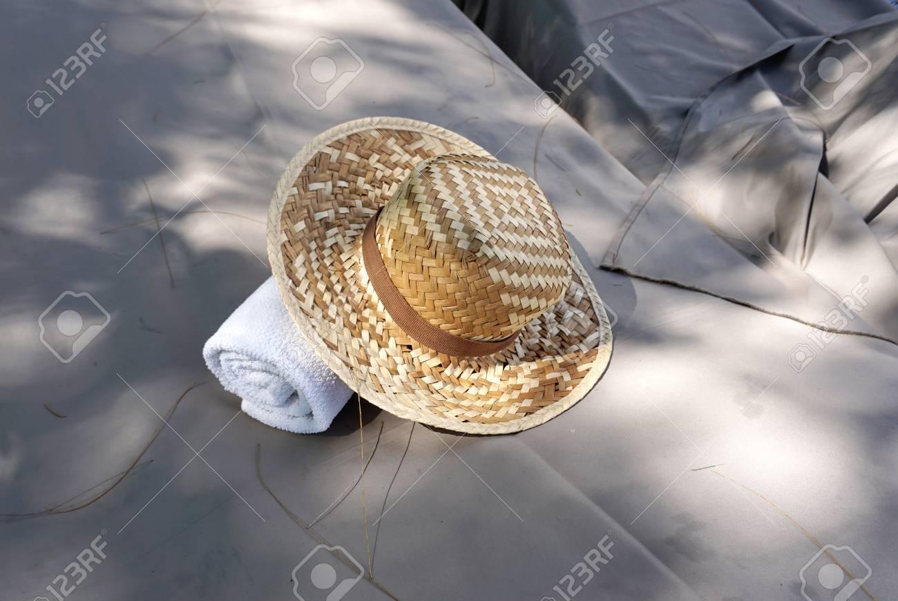 Chapeau En Osier Avec Une Serviette Blanche Sur Lextérieur De Banc