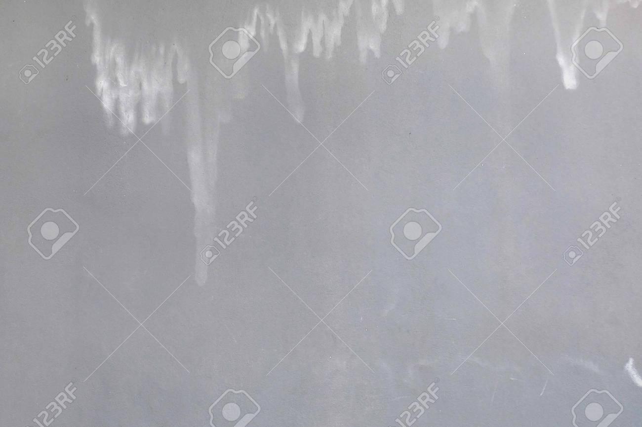 Surface lisse d\'un mur peint en gris avec une texture teintée à l\'eau