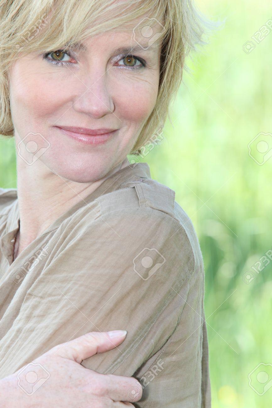 zrelaya-blondinka-domashnee