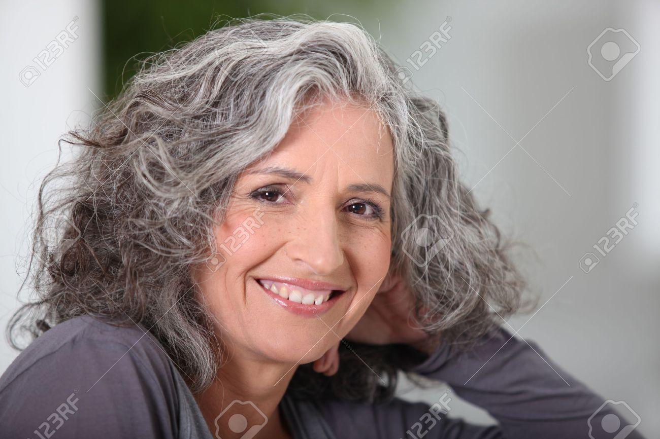 femme au cheveux gris