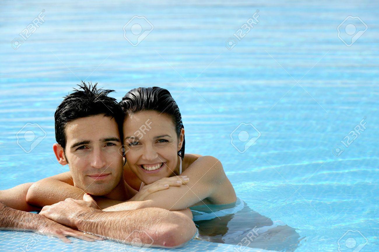 Красивая любовь в бассейне