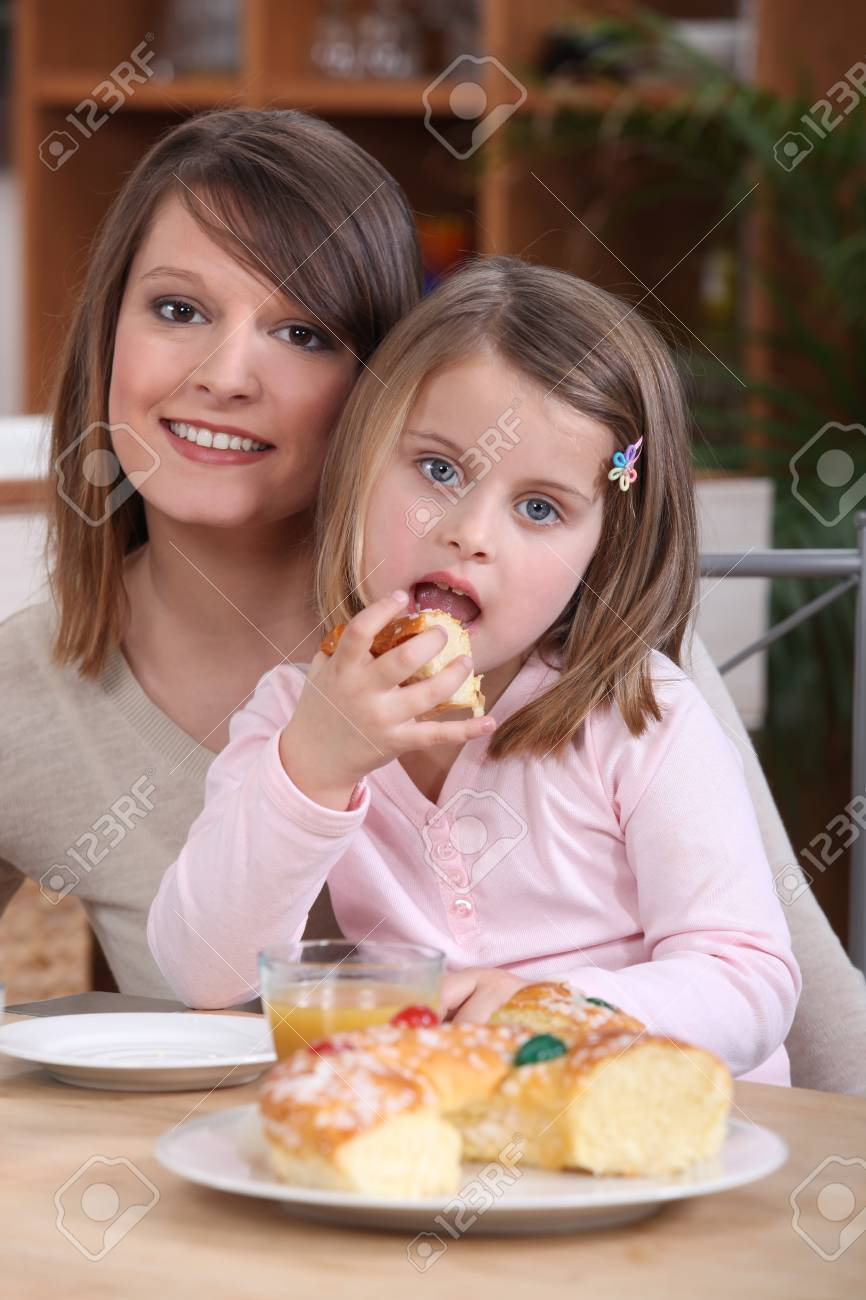 mother and daughter picnicking Stock Photo - 13960156