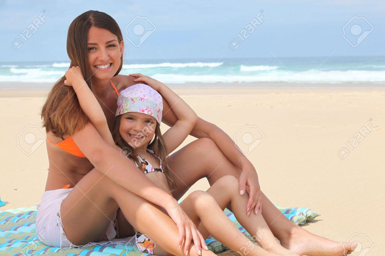 Сразу мама и дочь нудисты фото только хотела
