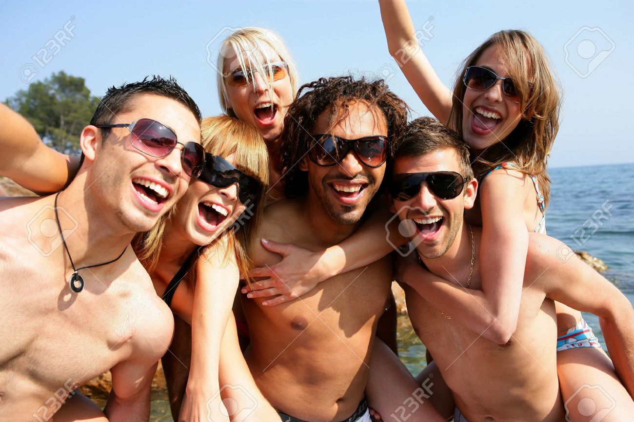 Group Of Young Adults Partying At The Beach Standard Bild