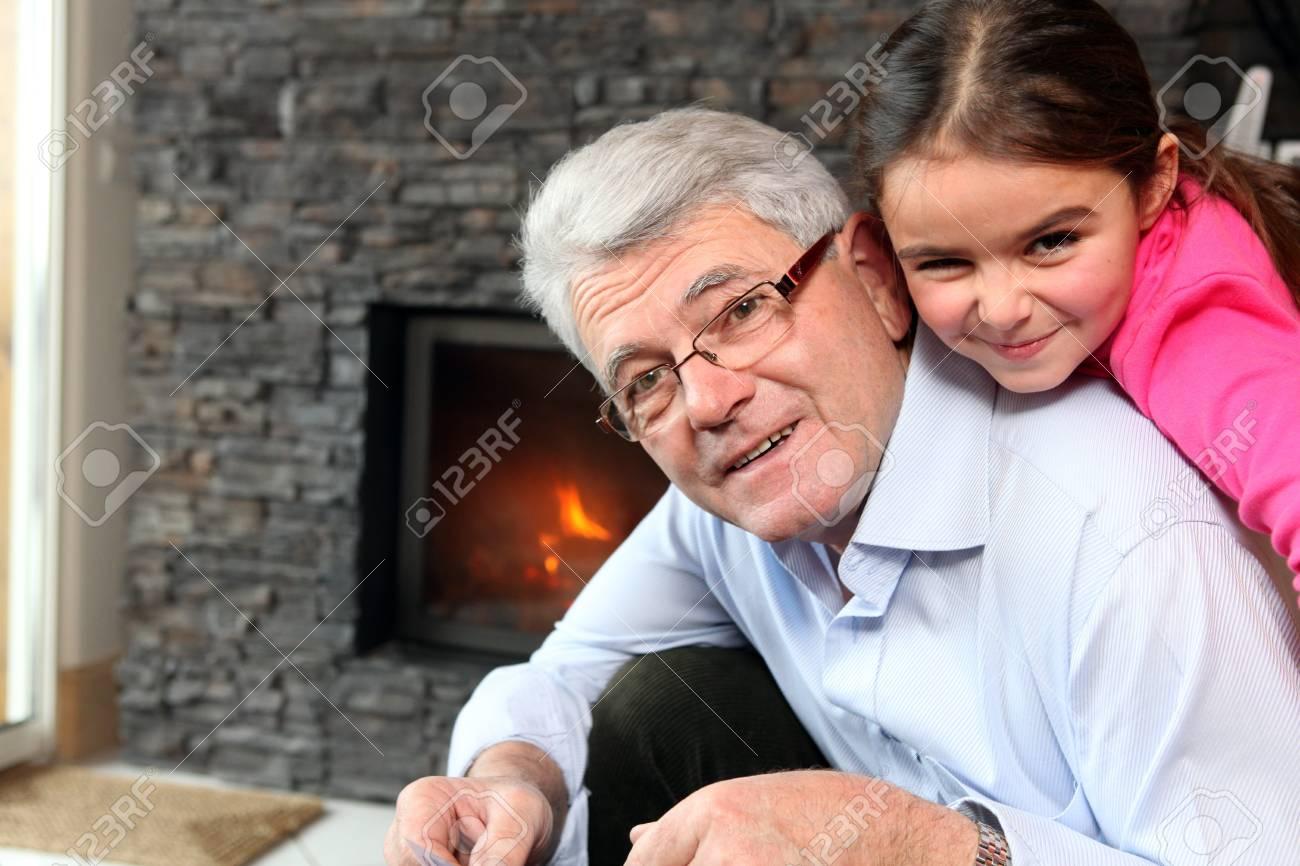Дедушка и внучка играют в карты