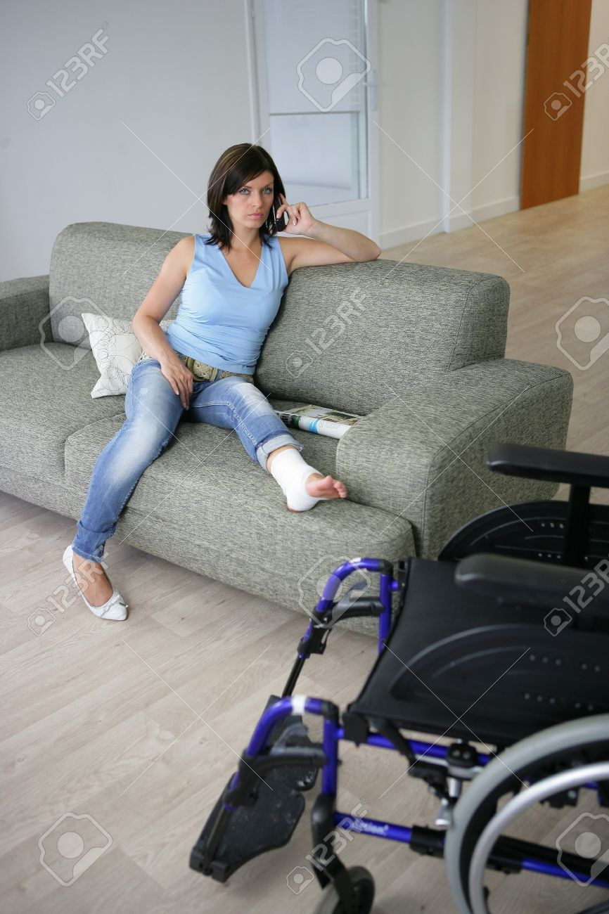 Woman with her leg in a cast Stock Photo - 14207681