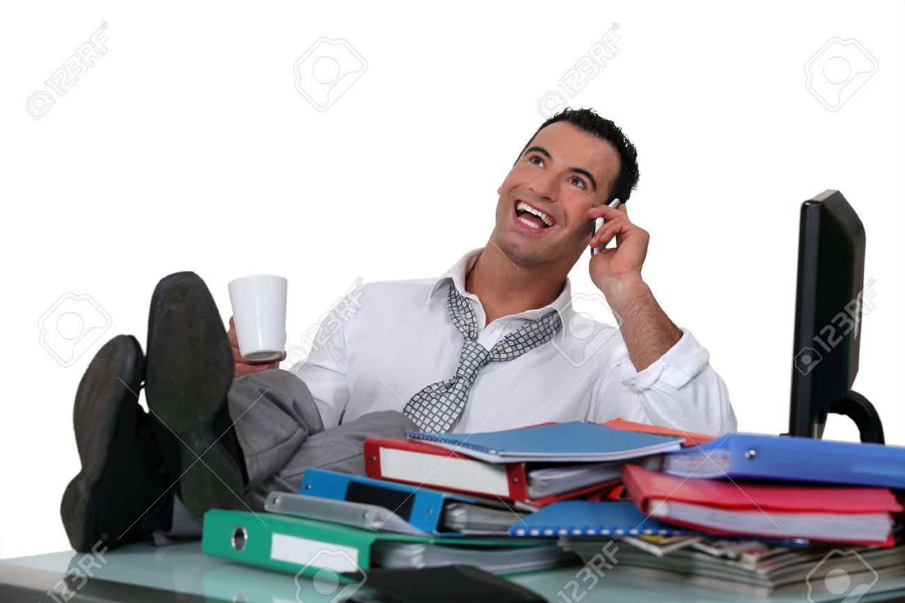 Employé de bureau occasionnels avec les pieds sur le bureau banque