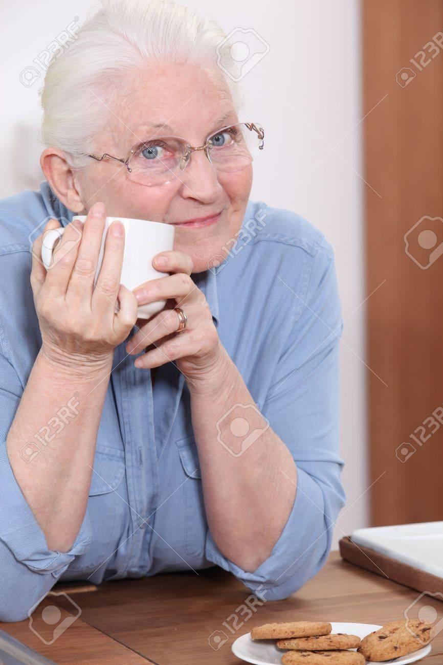 Abuelas Maduras abuela tomando café