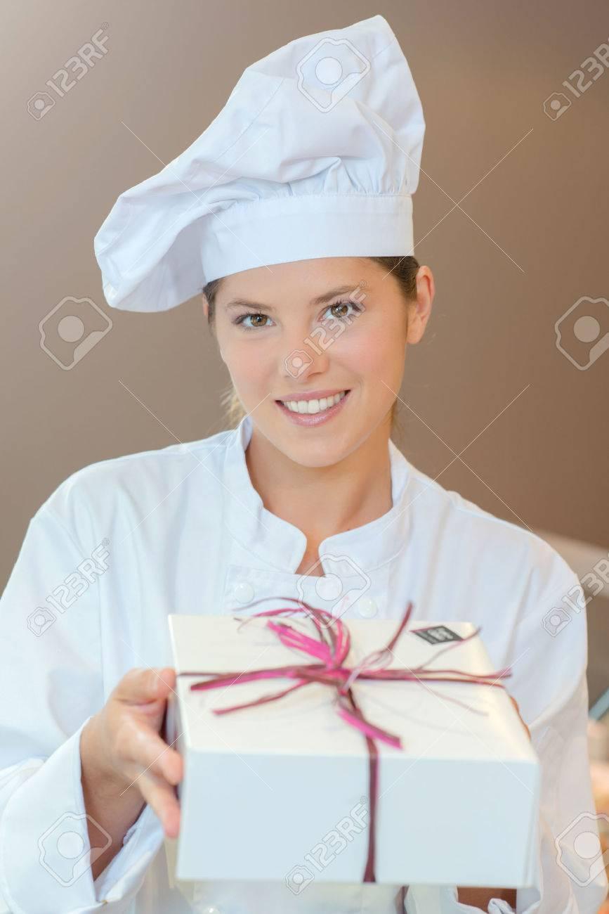 Patisserie Küchenchef Mit Einem Geschenk-Box Lizenzfreie Fotos ...