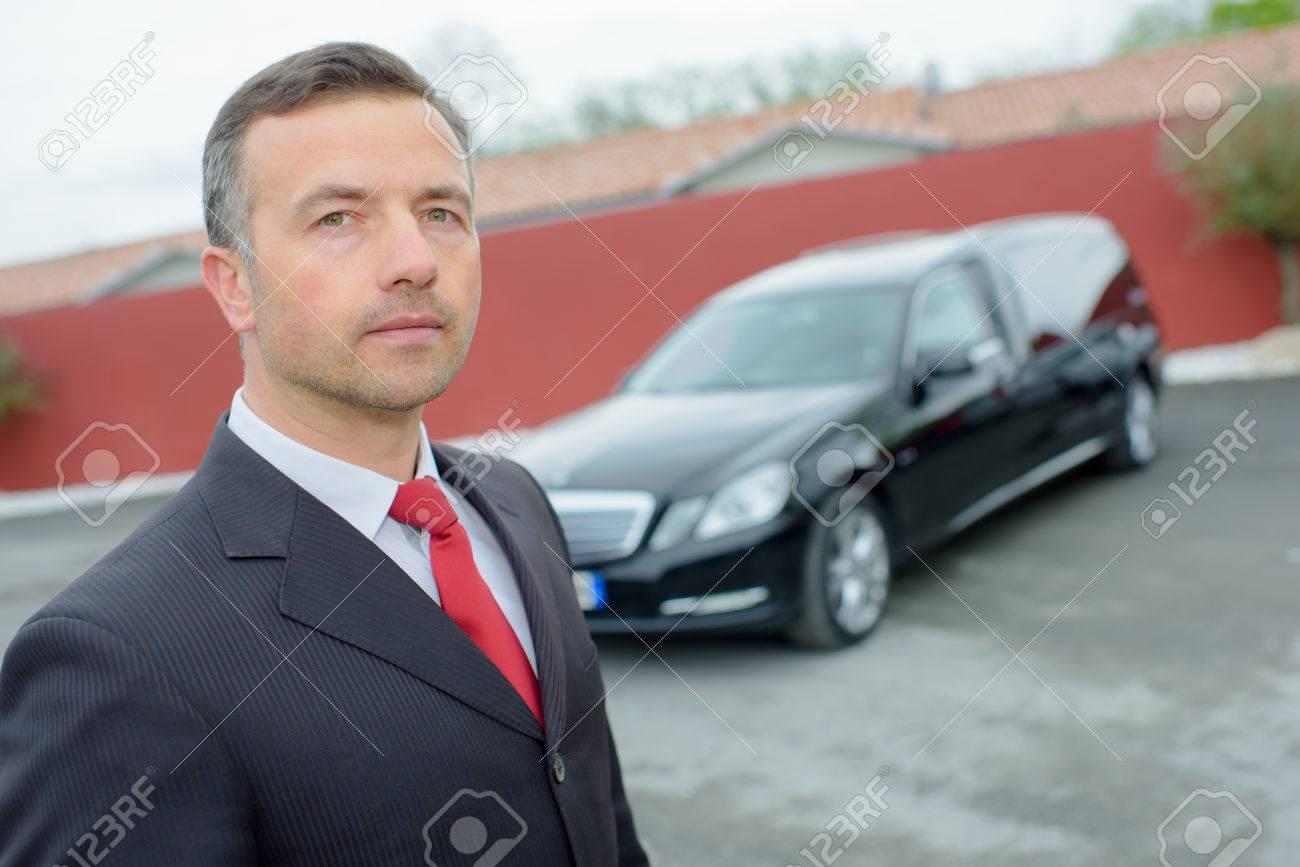 directeur de funérailles avec la voiture Banque d'images - 48203641