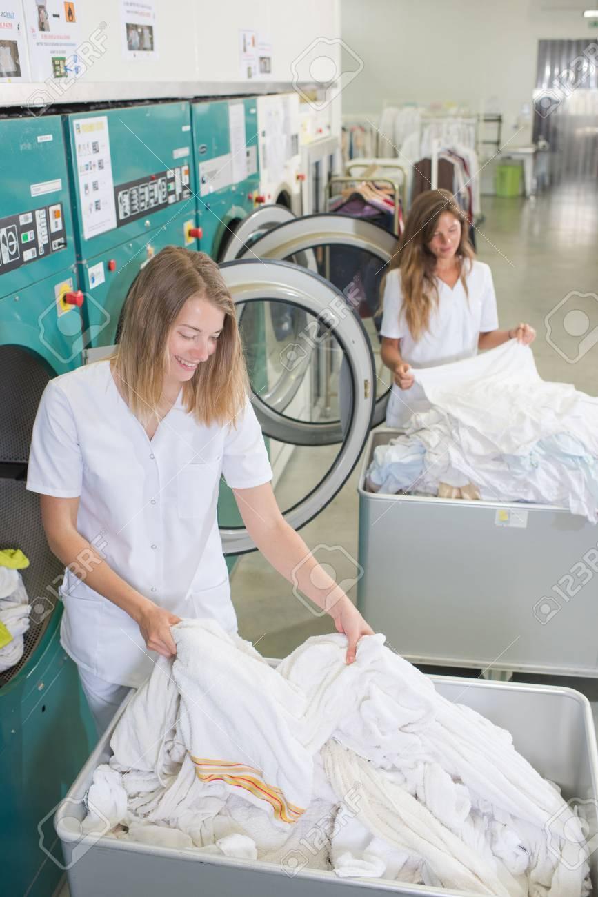 femmes dans la salle de lavage Banque d'images - 48203660