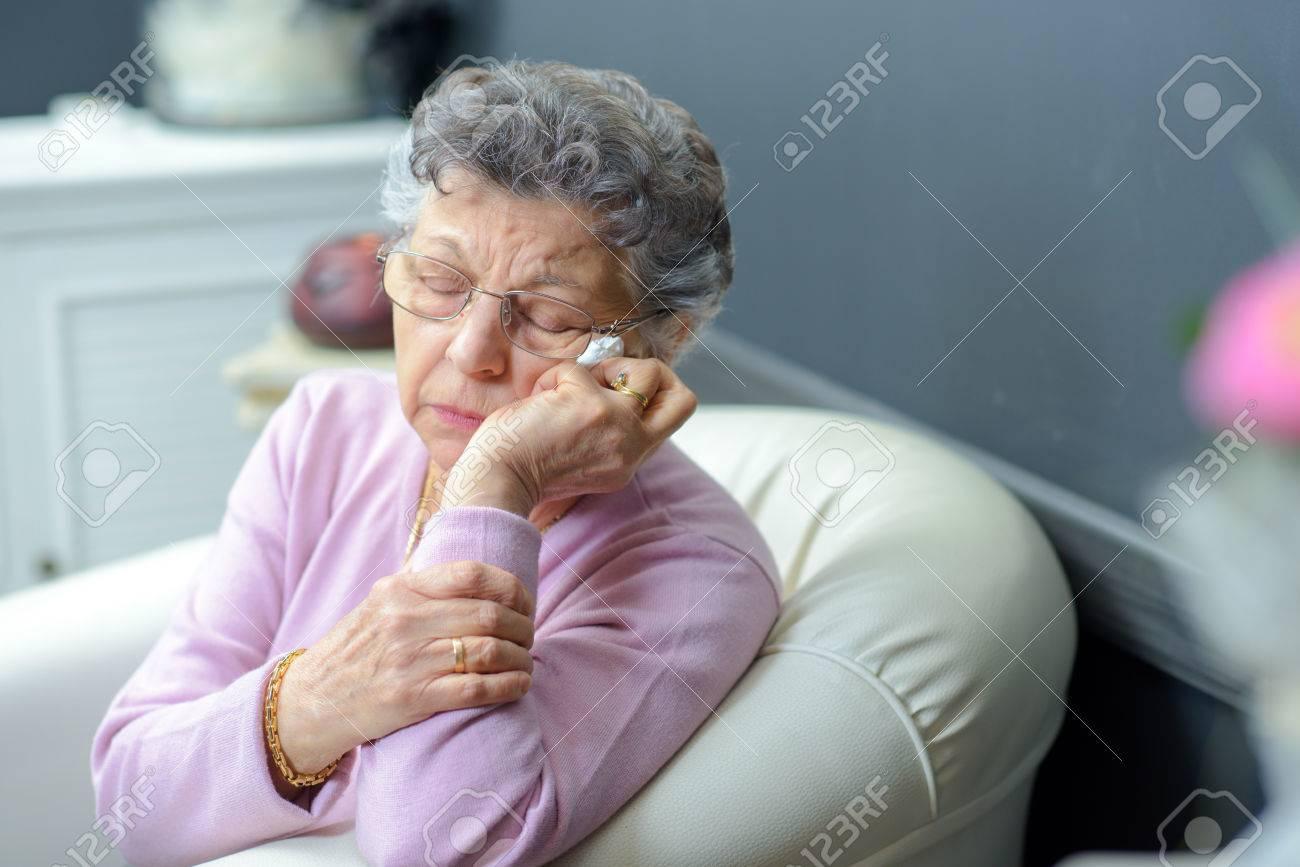 Femme âgée sur un canapé Banque d'images - 48408092