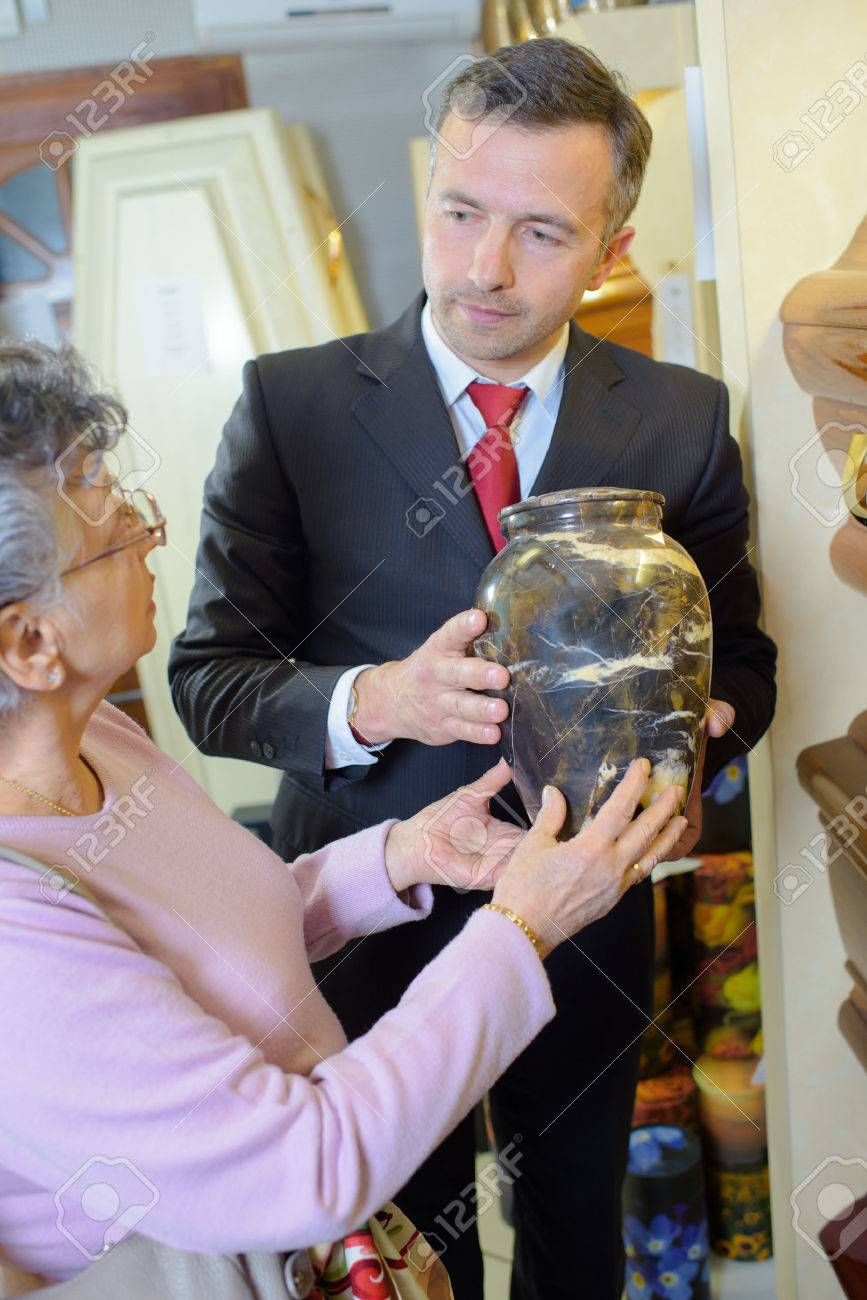 Funeral director with widow choosing urn Banque d'images - 50004027