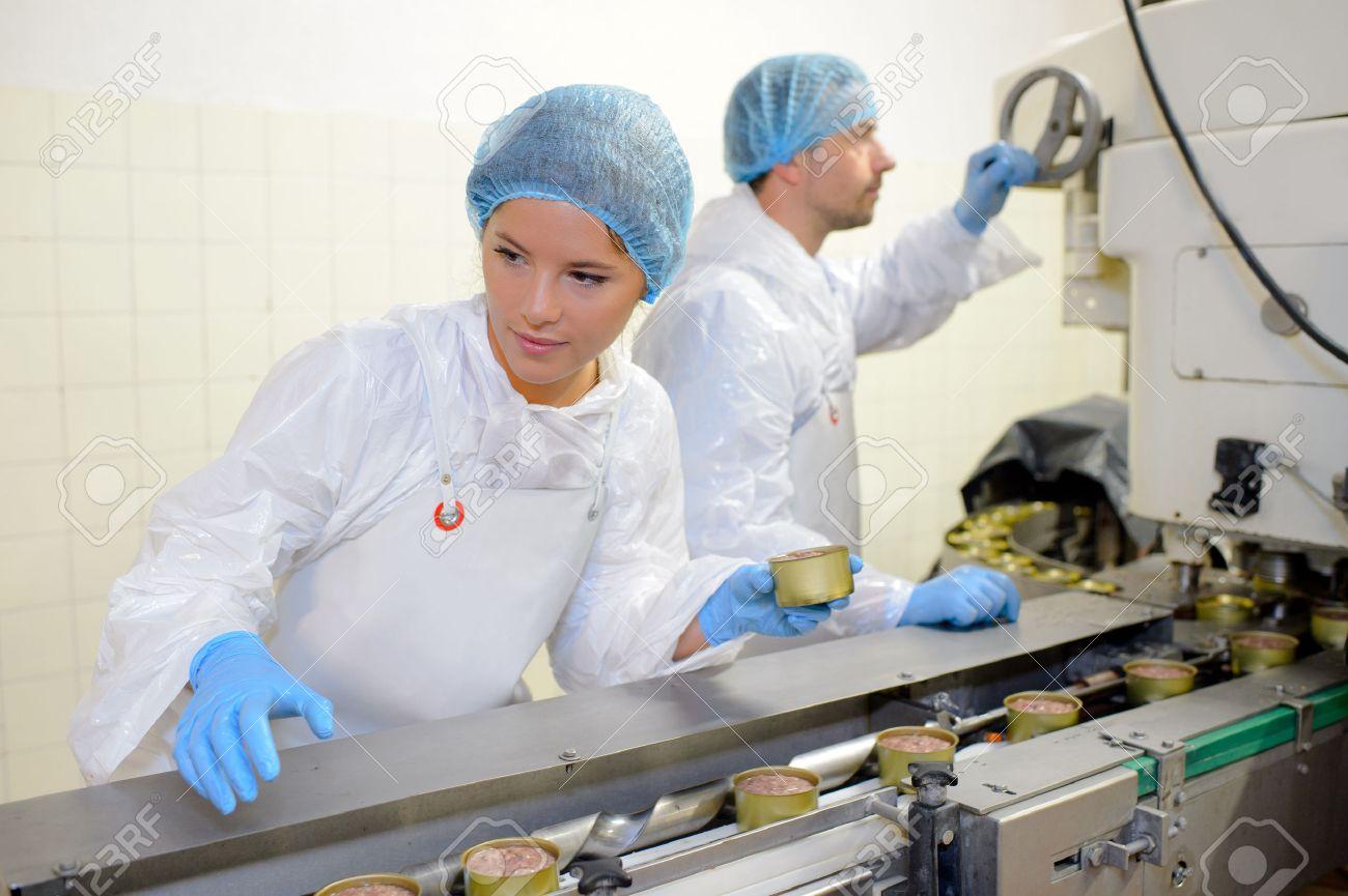 Les travailleurs sur la ligne de production alimentaire Banque d'images - 52400201