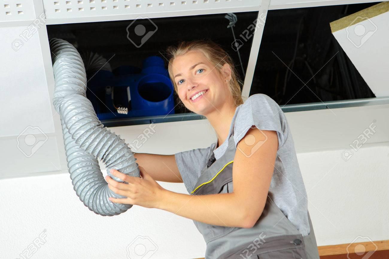 ouvrier retirant un tube de ventilation Banque d'images - 62931055