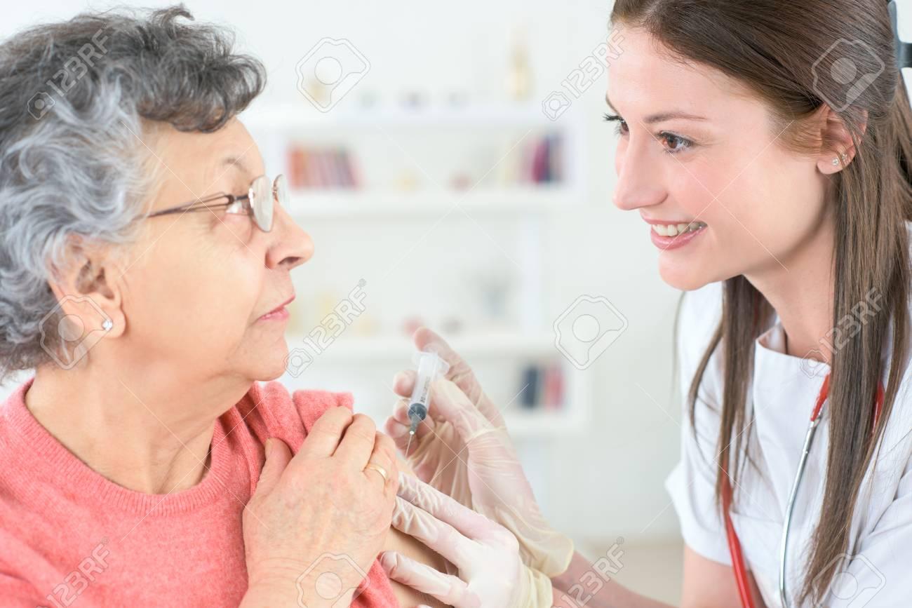 Oude vrouw spuiten