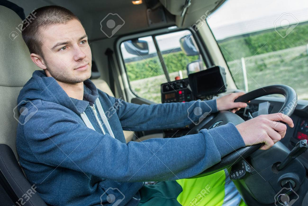 Young man driving lorry Banque d'images - 67656923