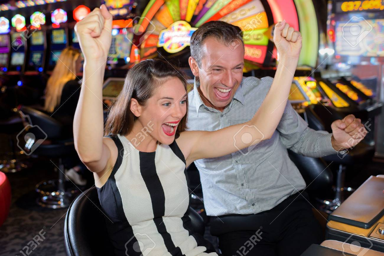 Couple celebrating casino victory Banque d'images - 69264194