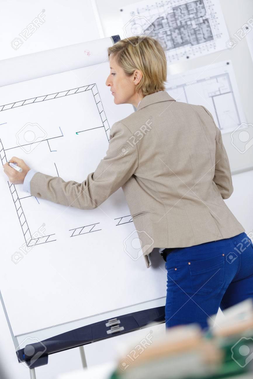 Business-Frau Denken Und Zeichnung Pläne An Bord Bei Der Arbeit ...