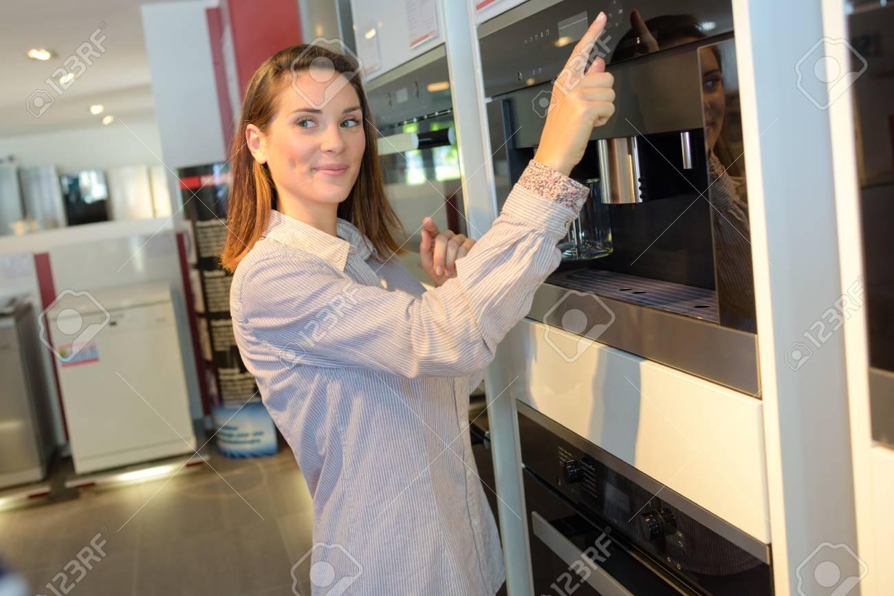 Frau Zeigt Auf Modernes Kuchengerat Lizenzfreie Fotos Bilder Und