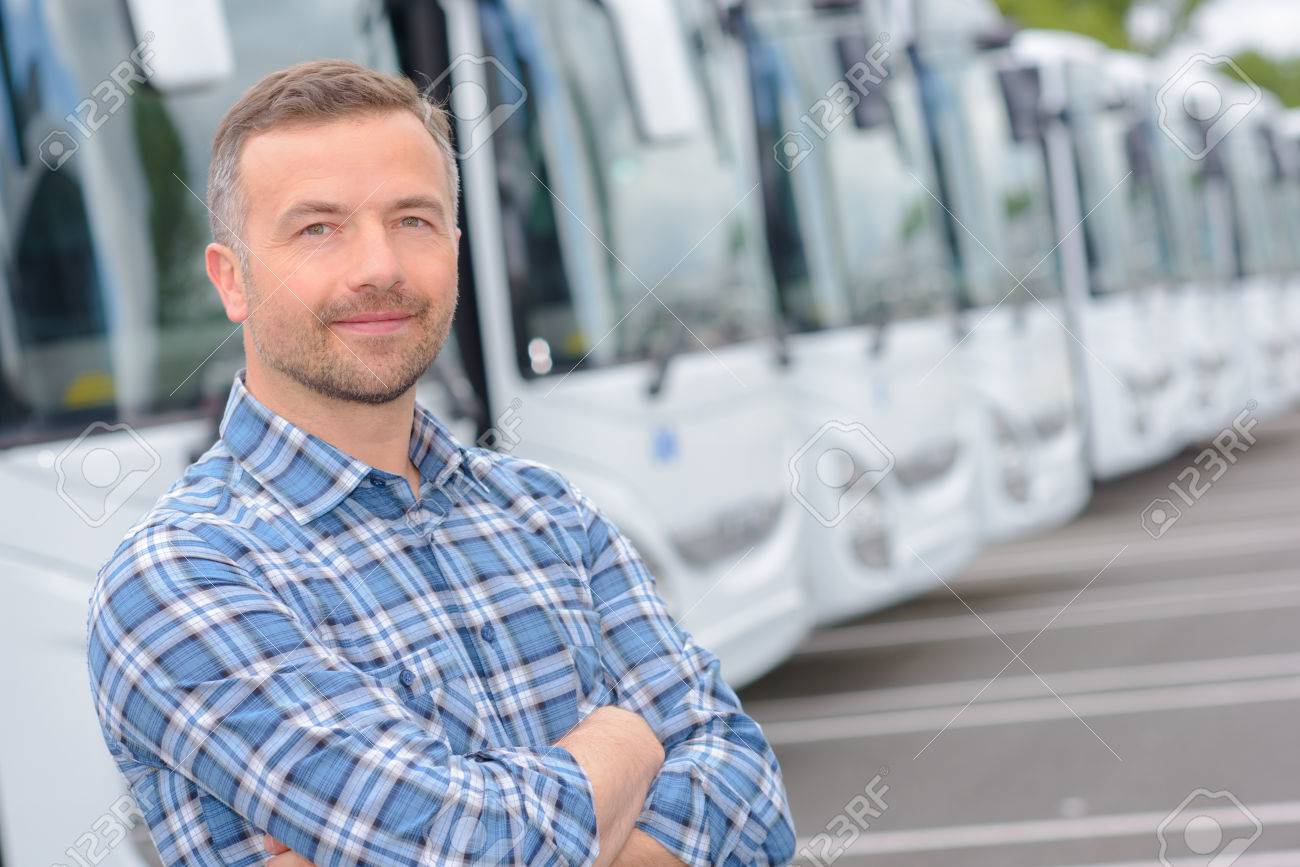 Portrait de l'homme avec flotte d'autobus Banque d'images - 70262975