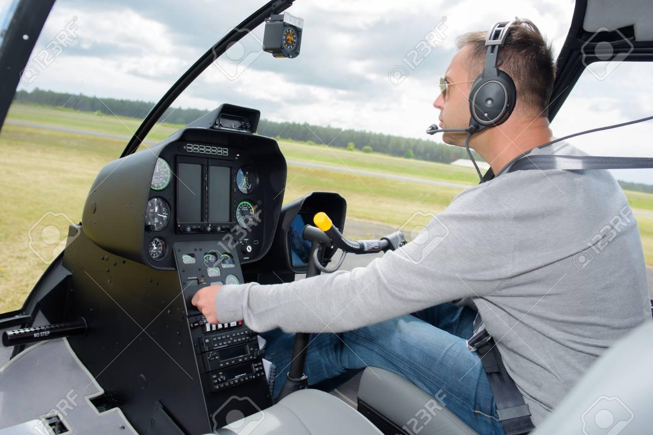 Un Elicottero : Pilota che gestisce un elicottero foto royalty free immagini