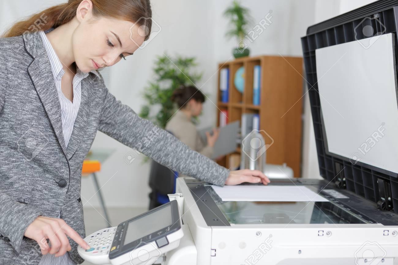 Belle photocopieuse d une fille dans un bureau moderne banque d
