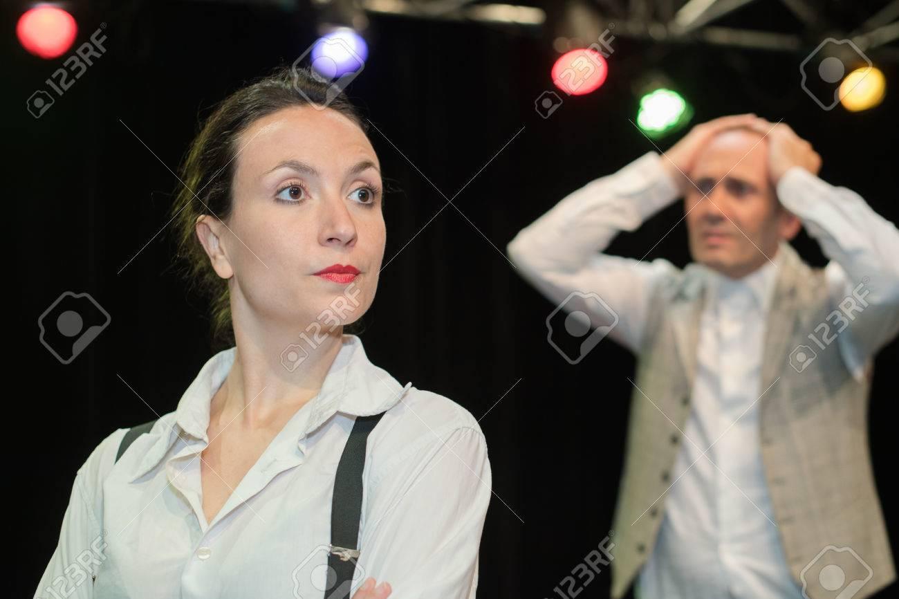 ステージ上の男性と女性の劇場俳...
