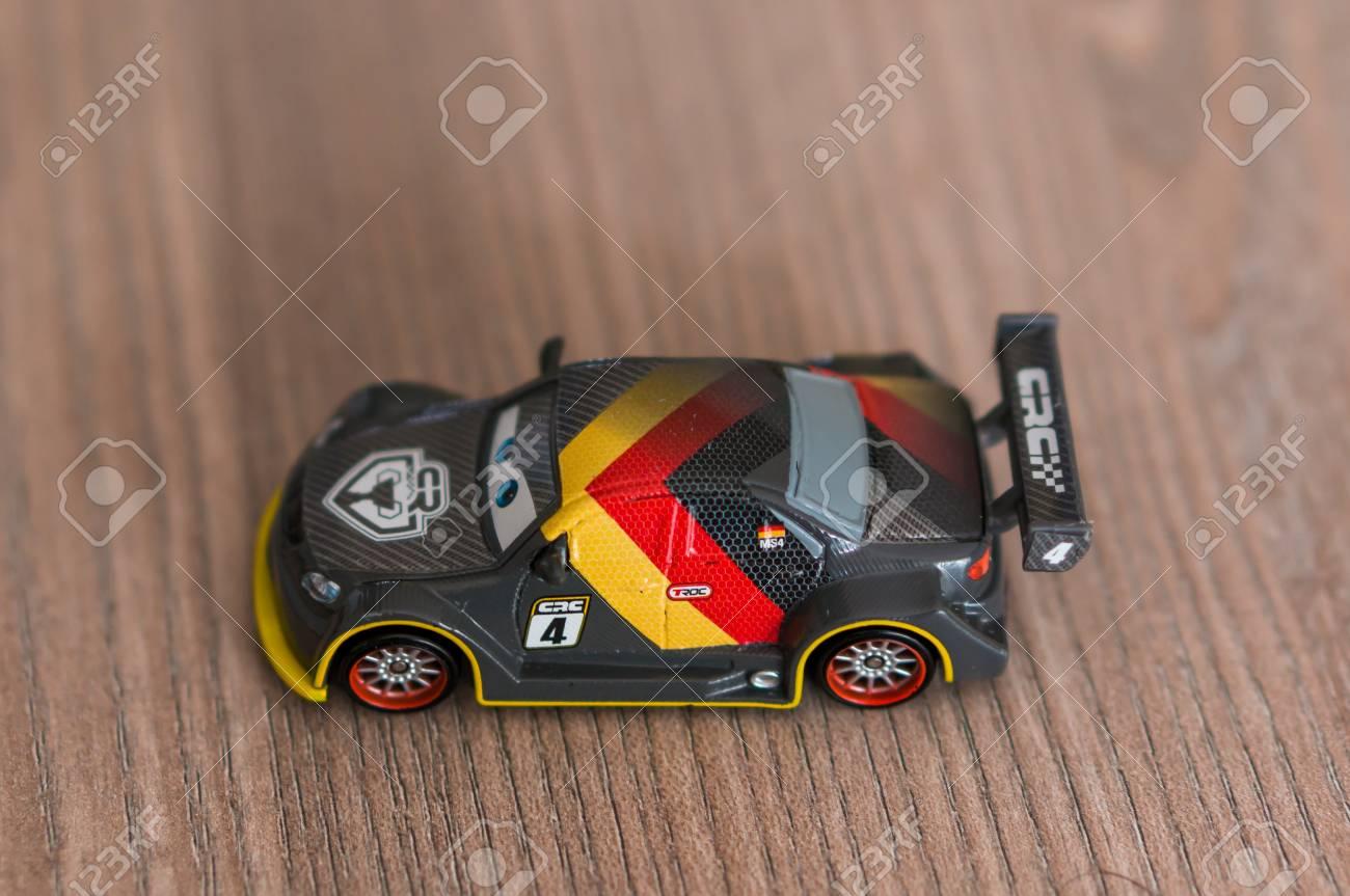 Bandera Alemana Cars Disney Sobre Una Foco Max Madera Con La Superficie Película Mattel Marca Personaje Coche De En Juguete Schnell Okn0wXP8