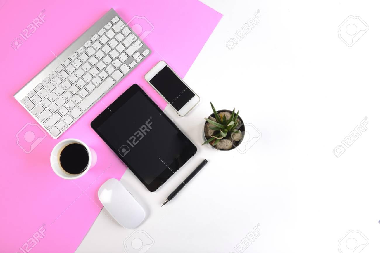 Table de bureau avec clavier souris ordinateur portable