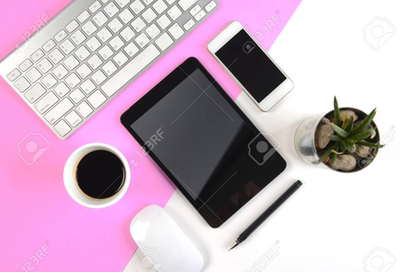 Table de bureau avec clavier souris ordinateur portable tablette